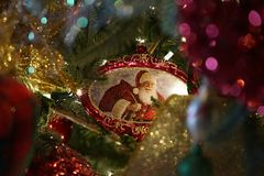 Santa Ornament in Kerstboom stock foto