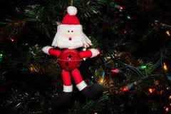 Santa Ornament met Jingle Bell op de Kerstboom stock afbeeldingen