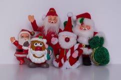 Santa Ornaments Standing Close Together die de Camera onder ogen zien terwijl het Golven Stock Fotografie