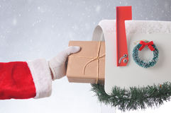 Santa Package Mailbox Snowy Background Foto de archivo libre de regalías