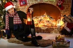 Santa par la cheminée et l'arbre de Noël Photo libre de droits