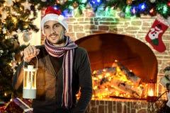 Santa par la cheminée et l'arbre de Noël Images libres de droits