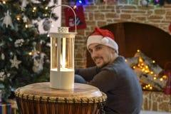 Santa par la cheminée et l'arbre de Noël Image libre de droits