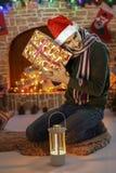 Santa par la cheminée et l'arbre de Noël Image stock