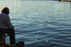 Santa Pola, Spanien 4. Dezember 2017: Mannfischen im Hafen von Stockfotos