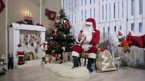 Santa praca na telefonie, pokój z grabą zbiory