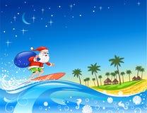 Santa praticante il surfing con i regali Fotografia Stock