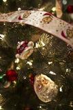 Santa prydnad i en dekorerad julgran Arkivbilder