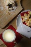 Santa przekąska mleko i ciastka z listem Zdjęcia Royalty Free