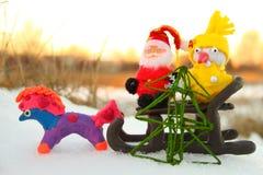 Santa, pupazzo di neve ed il cavallo con un albero di Natale immagine stock libera da diritti