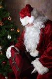 Santa que abre Giftbox vazio fotografia de stock