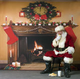 Santa que come bolinhos e leite Fotografia de Stock Royalty Free