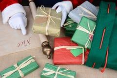 Santa que controla su lista Imagen de archivo libre de regalías