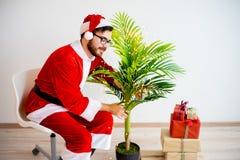 Santa que decora uma árvore Foto de Stock Royalty Free