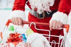 Santa que faz compras na mercearia Fotografia de Stock Royalty Free