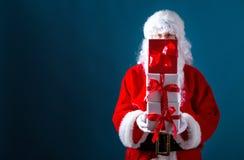 Santa que guarda caixas de presente do Natal fotos de stock royalty free