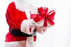 Santa que guarda um presente do Natal foto de stock royalty free