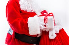 Santa que guarda um presente do Natal imagem de stock royalty free