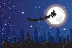 Santa Riding Reindeer Sledge Over-het Silhouetar van de Nachtstad in het Concept van Hemelkerstmis Stock Afbeelding
