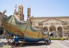 Santa Rosalia购物车在巴勒莫大教堂里  库存图片