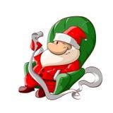 Santa s'asseyant dans le fauteuil, lisant badine des lettres Photo libre de droits