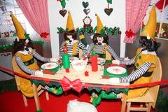 Santa ` s elfy są przy obiadowym stołem zdjęcie stock