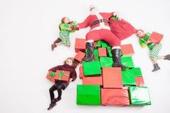 Santa& x27; s-hjälpredor som arbetar på nordpolen Honom som läser önskalistan Royaltyfria Bilder