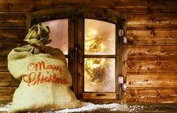 Santa Sack på tappningträfönstret förser med rutor royaltyfri bild