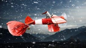 Santa se dépêchant jusqu'à livrent des cadeaux Media mélangé Images stock