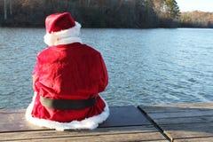 Santa se reposant sur le dock photographie stock