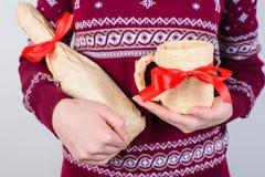 Santa secrète généreuse donnant à présents à tout le monde le concept collecte photos stock