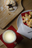 Santa Snack de lait et des biscuits avec la lettre Photos libres de droits