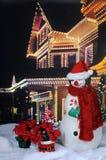 Santa Snowman durch festliches Haus Lizenzfreies Stockbild
