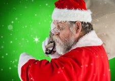 Santa sprawdza czas Zdjęcia Royalty Free
