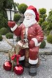 Santa Statue i trädgård Fotografering för Bildbyråer