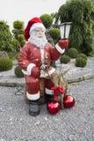 Santa Statue im Garten Stockbild