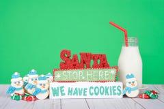Santa Stop Here We Have kakor med snögubbekakor Arkivbilder