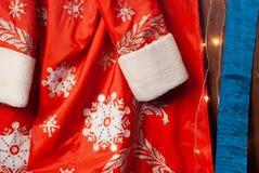 Santa strój, czerwony futerkowy żakiet z płatek śniegu, Bożenarodzeniowy tło obraz royalty free