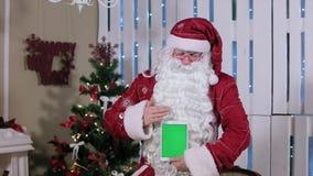 Santa Stroke Tablet con la tenuta verde dello schermo archivi video
