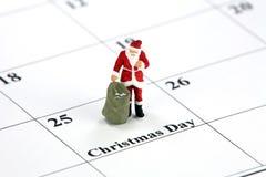 Santa sur le calendrier de Noël Image libre de droits