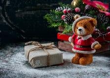 Santa Teddy Bear, contenitore di regalo ha avvolto il panno di tela e decorato con cavo, decorazione di natale sul backg d'annata Immagine Stock Libera da Diritti