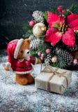 Santa Teddy Bear, contenitore di regalo ha avvolto il panno di tela e decorato con cavo, decorazione di natale sul backg d'annata Fotografie Stock