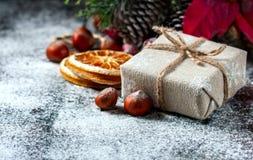 Santa Teddy Bear, Giftdoos verpakte linnendoek en verfraaide met koord, Kerstmisdecoratie op bruine uitstekende houten raad backg Royalty-vrije Stock Foto's