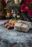 Santa Teddy Bear, Giftdoos verpakte linnendoek en verfraaide met koord, Kerstmisdecoratie op bruine uitstekende houten raad backg Stock Foto