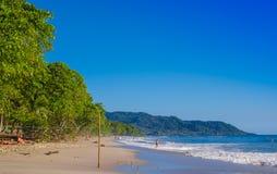 Santa Teresa, Costa Rica - Juni, 28, 2018: Openluchtmening van surfers op het strand van Santa Teresa in een mooie zonnige dag royalty-vrije stock foto's