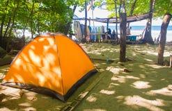 Santa Teresa, Costa Rica - Juni, 28, 2018: Openluchtmeningsmening van oranje kamptent voor toeristen met één of andere surfplank  stock foto's