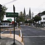 Santa Teresita Church in Quito-Ecuador op de achtergrond op warm royalty-vrije stock afbeelding