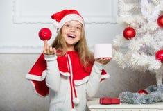 Santa traz seu presente Desembalando o presente do Natal Conceito feliz da infância Tradição do feriado de inverno Criança com Na fotos de stock