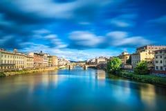 Santa Trinita och gammal bro på den Arno floden, solnedgånglandskap. Florence eller Firenze, Italien. Royaltyfri Bild