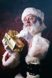 Santa: Trzymać Up Zawijającą prezenta I czytania imienia etykietkę Obraz Royalty Free